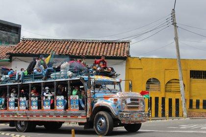 Minga indígena del suroccidente se despide de la capital acompañando a los marchantes en el paro este 21 de octubre. Foto: Luis Velandia7Infobae.