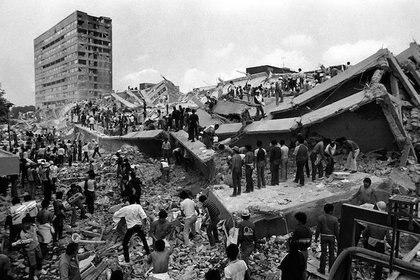 Un edificio derrumbado en la Ciudad de México durante el terreromoto de 8.1 grados, el 19 de septiembre  de 1986 (Foto: Archivo)
