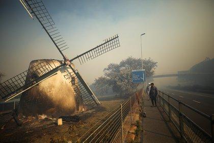 El histórico molino Mostert's Mill completamente incendiado (REUTERS/Mike Hutchings)