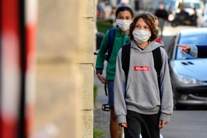 Estudiantes esperan fuera de Cassignol College antes de regresar y reanudar las clases en Burdeos, Francia, el 18 de mayo pasado. Entonces, el Gobierno francés decidió abrir las escuelas después de dos meses de cierre. EFE/EPA/CAROLINE BLUMBERG