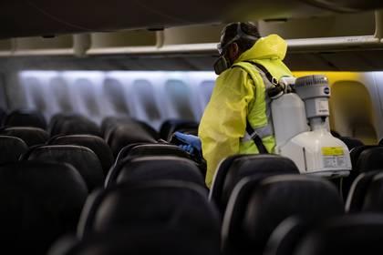 La limpieza de las aeronaves es más profunda y más frecuente e incluye rociadores desinfectantes. (Ian Langsdon/Pool via REUTERS)