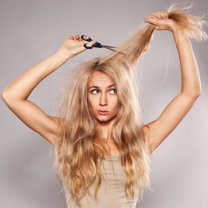 Muchas personas en tiempos de cuarentena, se cortan el pelo y no esperan a la peluquería (Shutterstock)