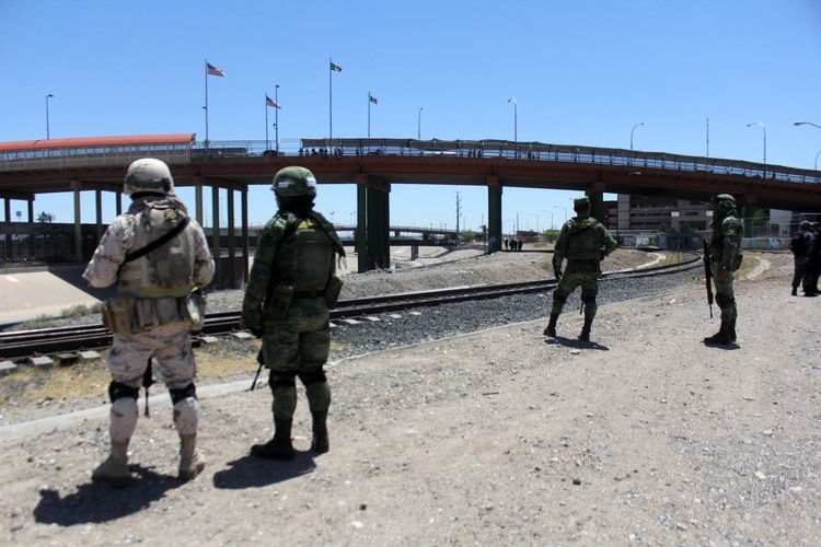 Elements of the Mexican Army and the Federal Police, as well as the National Institute of Migration made a tour along the Rio Grande.  (Photo: Cuartoscuro)