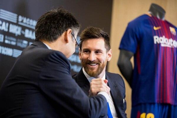 Lionel Messi firmó su renovación con el Barcelona hace poco más de una semana (@jmbartomeu)