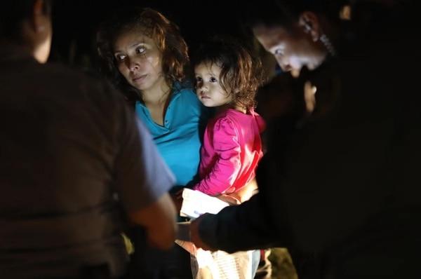 Sandra Sánchez junto a su hija de dos años, luego de que la pequeña llorara desconsolada (Getty Images)