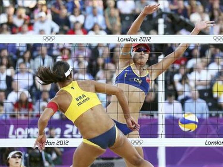 fc753a885c Se juega mejor el voleibol playa con bikini? - Infobae