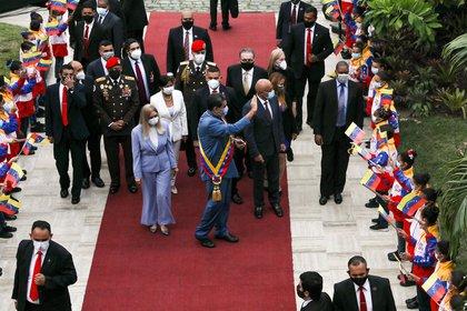 Maduro est arrivé à l'événement accompagné de la première dame et législatrice Cilia Flores et du nouveau président de l'Assemblée nationale du Venezuela, l'ancien ministre chaviste Jorge Rodríguez (REUTERS / Manaure Quintero)