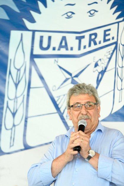 Ramón Ayala habla con la bandera de la UATRE como telón de fondo