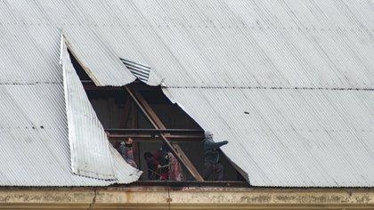 La situación es inédita: los presos arrancaron las chapas y dejaron las vigas al descubierto.