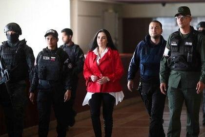 Aída Merlano es escoltada por efectivos de las fuerzas de seguridad venezolanas antes de una audiencia en un tribunal en Caracas, Venezuela, 6 de febrero, 2020. Palacio de Miraflores Vía/REUTERS