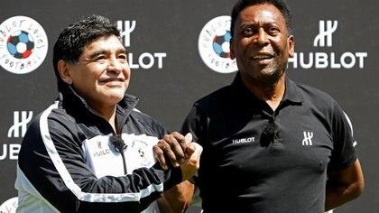 Las leyendas del fútbol Pelé (derecha) y Diego Maradona asisten a un evento de fútbol publicitario en la víspera de la apertura del Campeonato Europeo de la UEFA 2016 en París, Francia. 9 de junio de 2016.  REUTERS/Charles Platiau