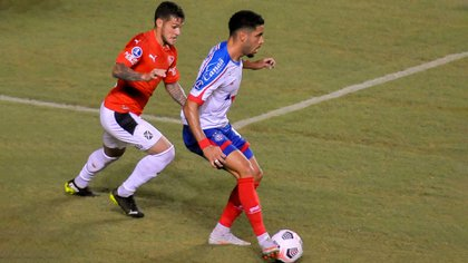 Matheus Bahia defiende la pelota ante la marca de Fabricio Bustos (Foto: Jhony Pinho/AGIF)