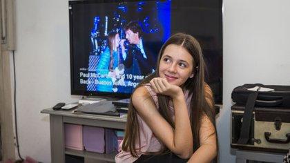 Leila en 2019, de fondo, en la pantalla, ella y el beatle en el concierto de 2016 (Julieta Ferrario)
