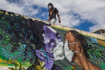 Un graffiti del artista Marcos Costa, también conocido como Spraycabuloso, en el ingreso de la favela Solar de Unhao, en Salvador de Bahía, Brasil.