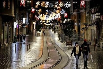 Las ferias navideñas, uno de los momentos del año más esperados por muchos comerciantes, enfrentan restricciones por los rebrotes (Reuters)