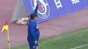 Insólito episodio en China: el dueño de un club obligó al entrenador a poner a su hijo de más de 120 kilos