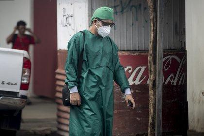 Hasta junio pasado, al menos 16 médicos habían sido despedidos de hospitales públicos de México sin explicaciones, tras reclamar equipos de bioseguridad y recomendar medidas de prevención nacional. EFE/Jorge Torres/Archivo