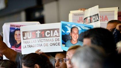 Durante el acto se leyó un documento oficial y se recordó a los 52 fallecidos (Gustavo Gavotti)