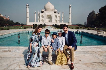 La familia Trudeau con el imponente Taj Mahal de fondo