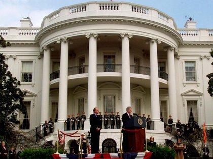 El presidente Bill Clinton recibe al rey Juan Carlos en la Casa Blanca en febrero de 2000 (Shutterstock)