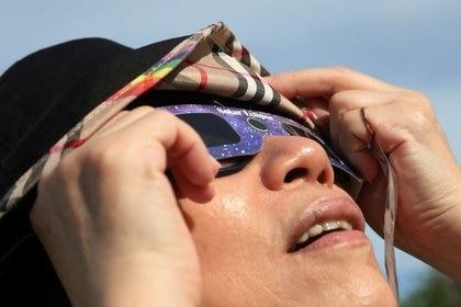 Los especialistas recomiendan usar siempre medios de protección para poder ver los eclipses solares de forma segura (REUTERS/Ann Wang)