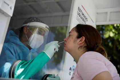 Una mujer se somete a una prueba de COVID-19 en la Plaza Salvador del Mundo, en San Salvador (El Salvador). EFE/Rodrigo Sura/Archivo