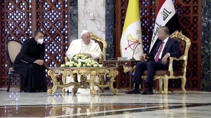 El primer ministro iraquí, Mustafa Al-Kadhimi, da la bienvenida al papa Francisco en el aeropuerto internacional de Bagdad para comenzar su histórica gira en Irak, el 5 de marzo de 2021, Iraqiya TV / Reuters