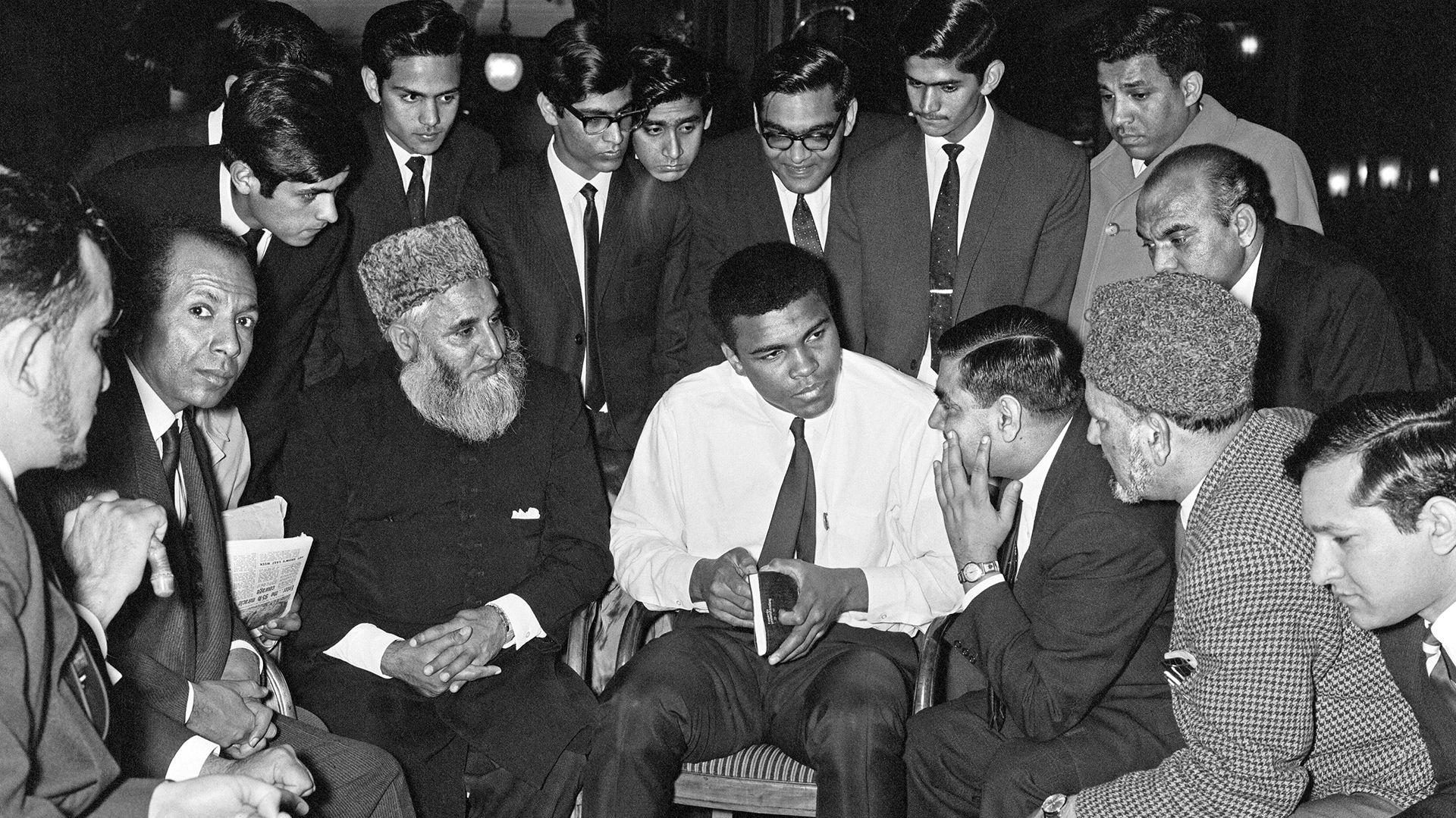 El boxeador reunido con referentes musulmanes en Londres, en 1966. Aún se llamaba Cassius Clay, luego adoptaría el que se llevó a la tumba.
