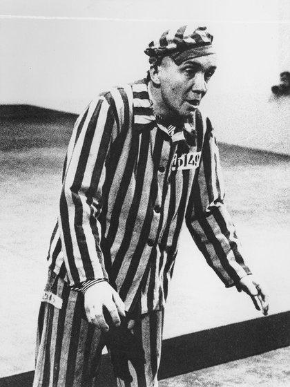 El médico a cargo de Sachsenhausen, Heinz Baumkötter, intentó dañarle las cuerdas vocales inyectándole la bacteria que causa la difteria. (Museo del Holocausto de Washington DC, cortesía de Aleksander Kulisiewicz)