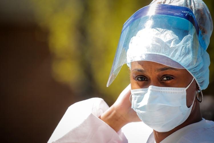 Se ve a uan trabajadora de la salud fuera del Brooklyn Hospital Center (REUTERS / Brendan McDermid)