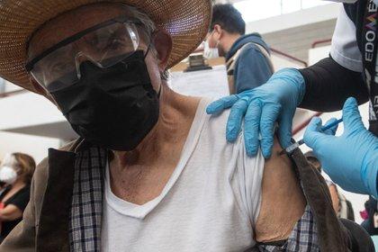 Ponen a bailar a adultos mayores en centro de vacunación — CDMX
