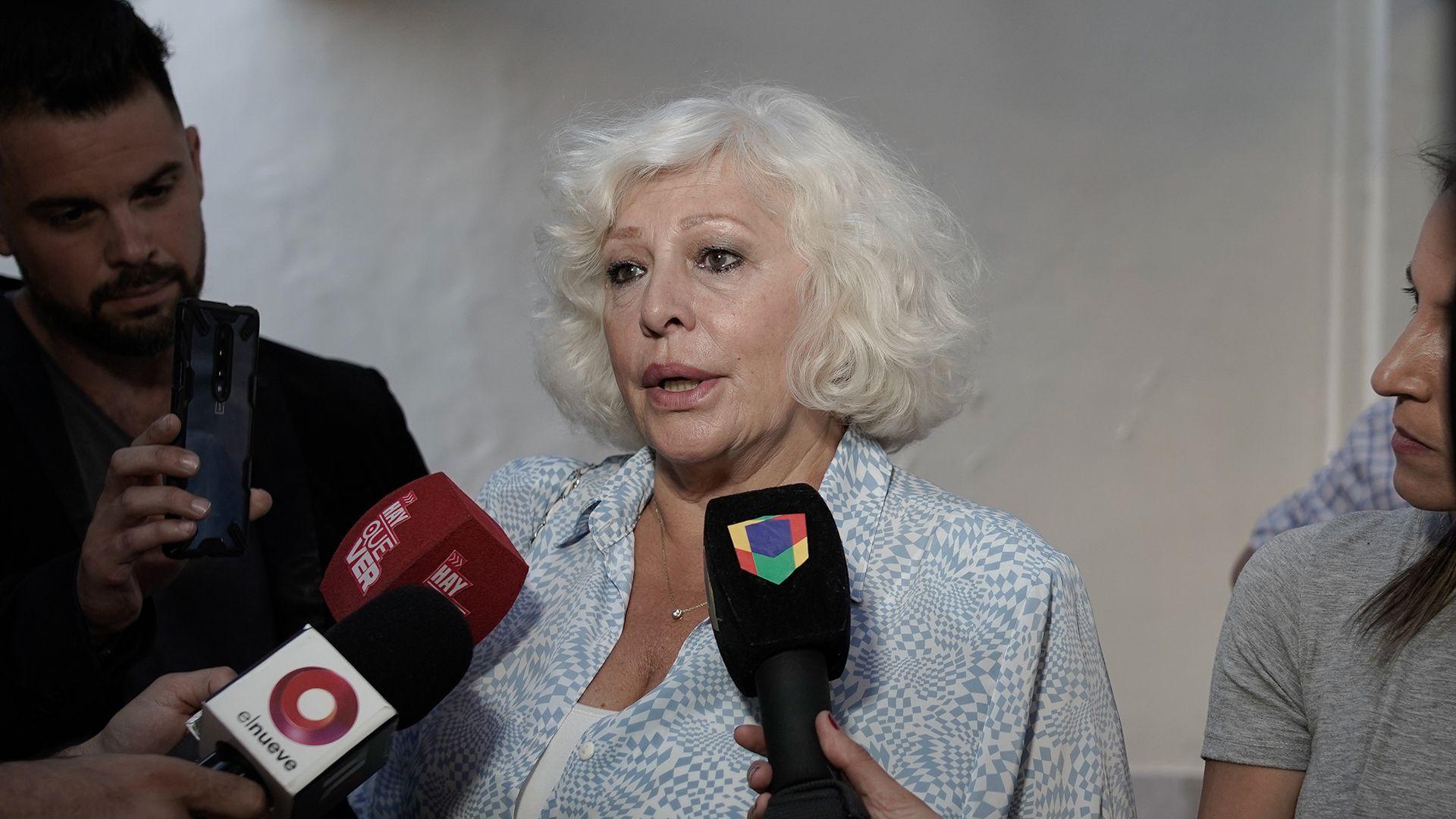 Luisa Albinoni hablando con los medios