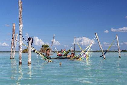 Hamacas para descansar en Azul Nomeolvides, un hotel frente al mar en Laguna Bacalar, México, el 2 de diciembre de 2019. Los viajeros en el área dicen que la ciudad de Bacalar en la península de Yucatán está preparada para ser el próximo gran destino de la región. (Adrian Wilson / The New York Times)