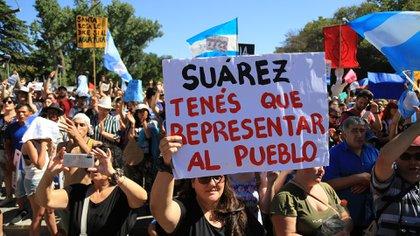 Los manifestantes apuntaron contra el gobernador, Rodolfo Suárez. (Maximiliano Ríos)
