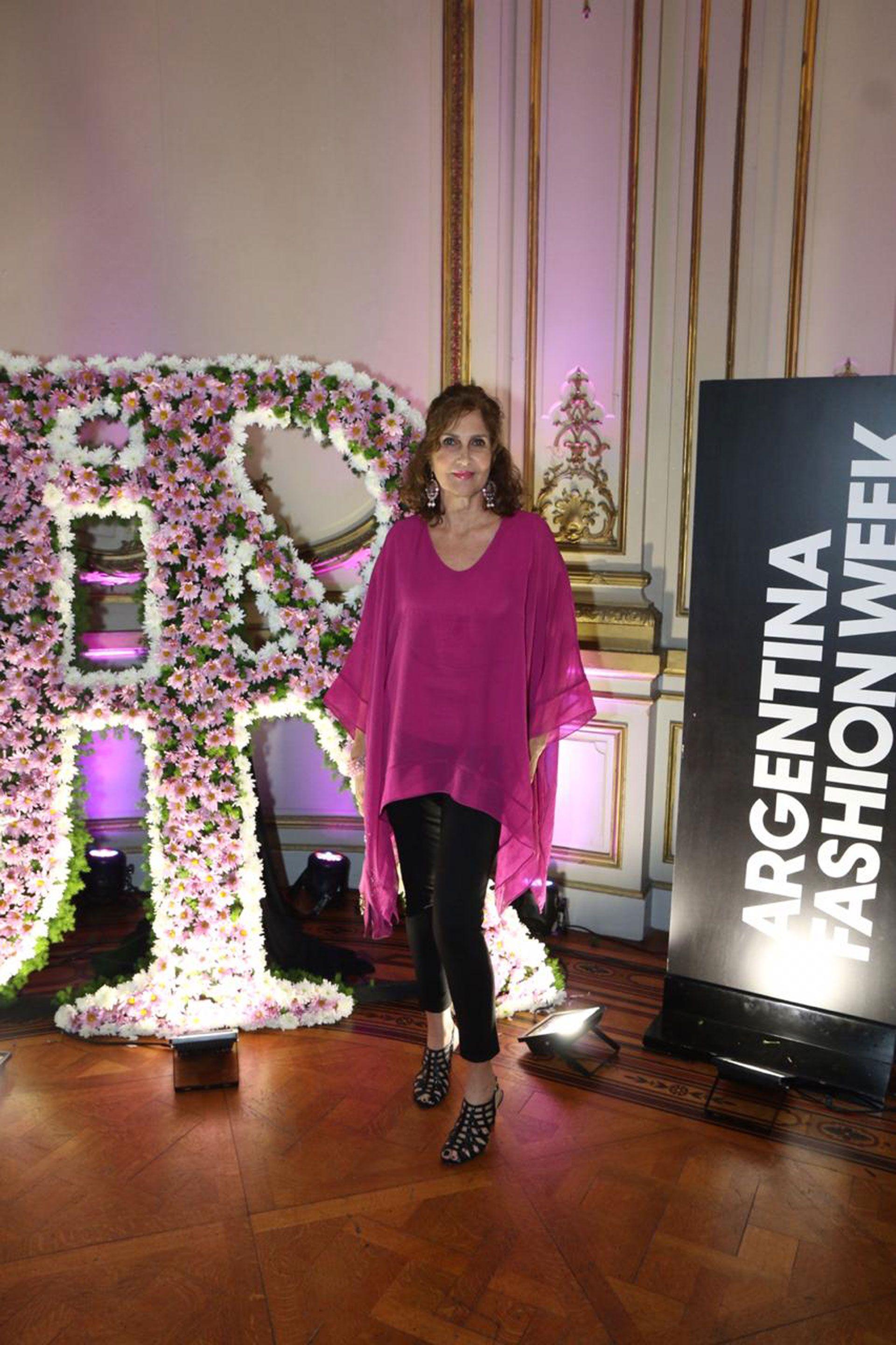 La asesora de imagen Susana Milano con blusa de gasa y pantalón chupín negro en el desfile de Jorge Rey