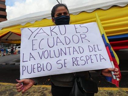 Una simpatizante acompaña al candidato presidencial de Ecuador, Yaku Perez mientras llega hoy a los exteriores del Consejo Nacional Electoral, en Quito (Ecuador). EFE/José Jácome