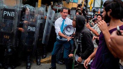 Guaidó intenta controlar violencia en la manifestación