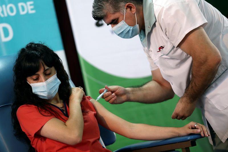 FOTO DE ARCHIVO. Estefania Zeurnja, de 29 años, recibe una inyección de la vacuna Sputnik V (Gam-COVID-Vac) contra la enfermedad del coronavirus (COVID-19) en el hospital Dr. Pedro Fiorito de Avellaneda, en las afueras de Buenos Aires, Argentina. 29 de diciembre de 2020. REUTERS/Agustín Marcarián