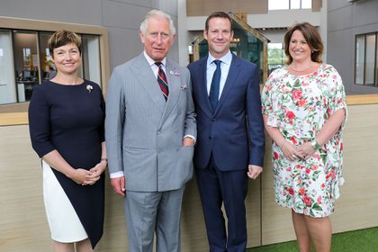 El Príncipe Carlos junto a la empresaria Rachel Clacher (Shutterstock)