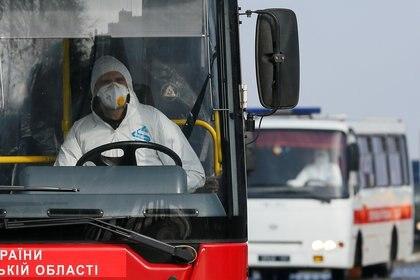 Así vistieron los conductores de los autobuses del aeropuerto de Kharkiv en el traslado de los argentinos y el resto de ciudadanos evacuados de Wuhan (REUTERS/Gleb Garanich)