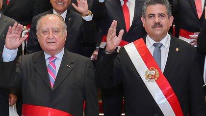 El premier Ántero Flores-Aráoz y el ex mandatario Manuel Merino (AFP)