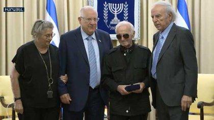 De izquierda a derecha: La Primera Dama Nechama Rivlin, el Presidente Ruby Rivlin, Charles Aznavour y Baruj Tenembaum