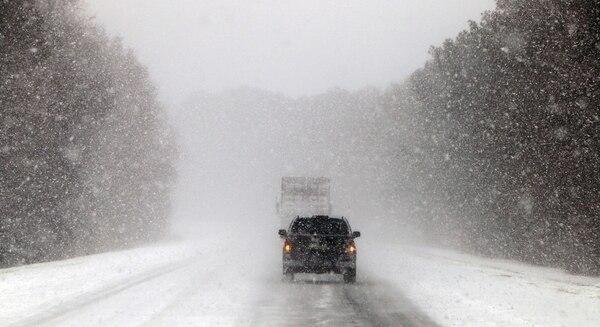 Vehículos avanzan en una carretera congelada cerca a Savannah, Georgia (AP)
