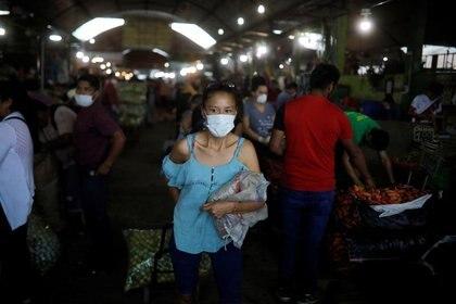 Personas compran en un mercado de Lima, Perú (REUTERS/Sebastián Castaneda)