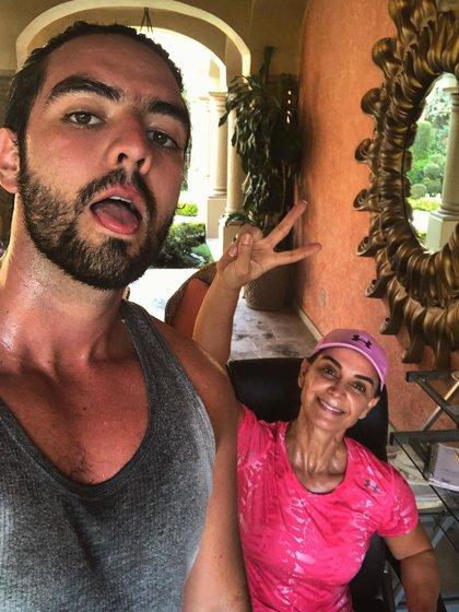 Simón Charaf, hijo de Lupita, criticó duramente lo que a su parecer es una injusticia: los señalamientos contra su madre (Foto: Instagram @simon_jones16)