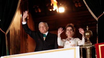 Mexico's President Andres Manuel Lopez Obrador and his wife Beatriz Gutierrez Muller wave as Mexico marks the 210th anniversary of its independence from Spain at the National Palace in Mexico City, Mexico, September 15, 2020. REUTERS/Henry Romero