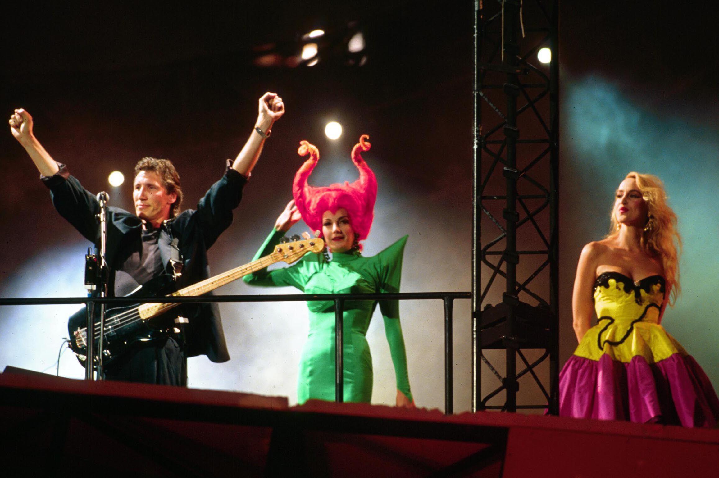 Roger Waters junto Jerry Hall, en el concierto The Wall, realizado en Postdamer Platz en julio de 1990 para celebrar la caída del muro.