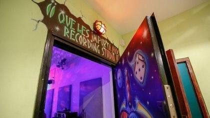 El ingreso al estudio de grabación, más parecido a un salón de fiestas o un estudio televisivo