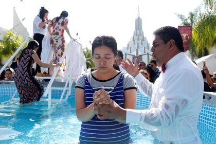 """Fieles de la iglesia la Luz del Mundo participan este lunes en la ceremonia de bautizo en el marco de la """"Santa Convocación"""", en la ciudad de Guadalajara, estado de Jalisco (México).(Foto: EFE/ Francisco Guasco)"""