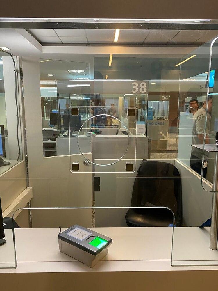 Las cabinas de Migraciones, ahora con doble vidrio.